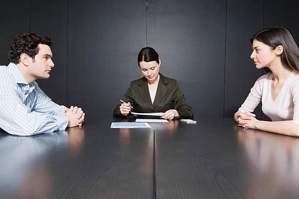 Couple qui prépare les papiers de son divorce avec une avocate