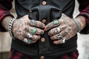 tatouages sur mains d'homme