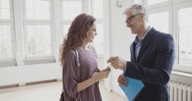 Un agent immobilier qui fait l'estimation d'un appartement avec sa propriétaire
