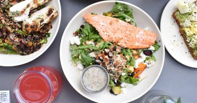 assiettes avec poisson viande et assiette végétarienne