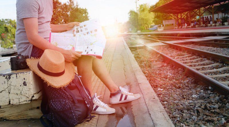 Voyageur qui attend le train sur le quai d'une gare