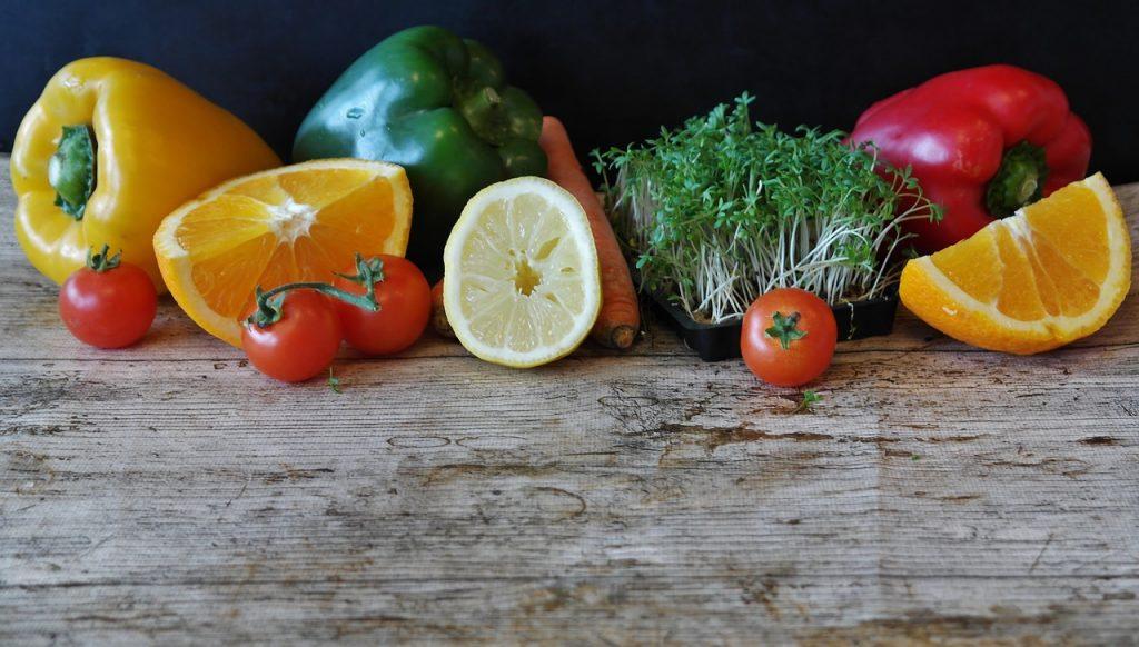 fruits et légumes sur support en bois