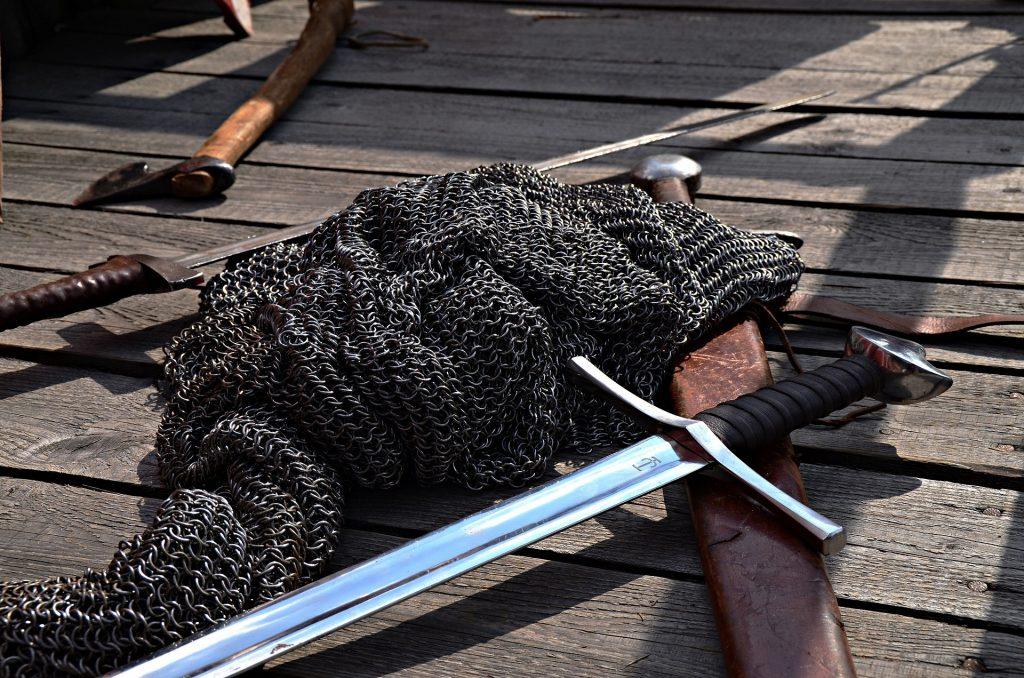 épée et côte de mailes du Moyne-Âge