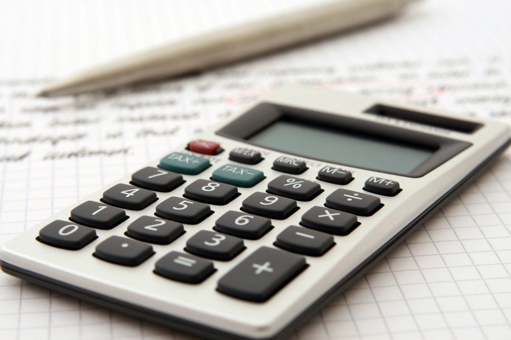 calculatrice posée sur une feuille avec crayon à côté